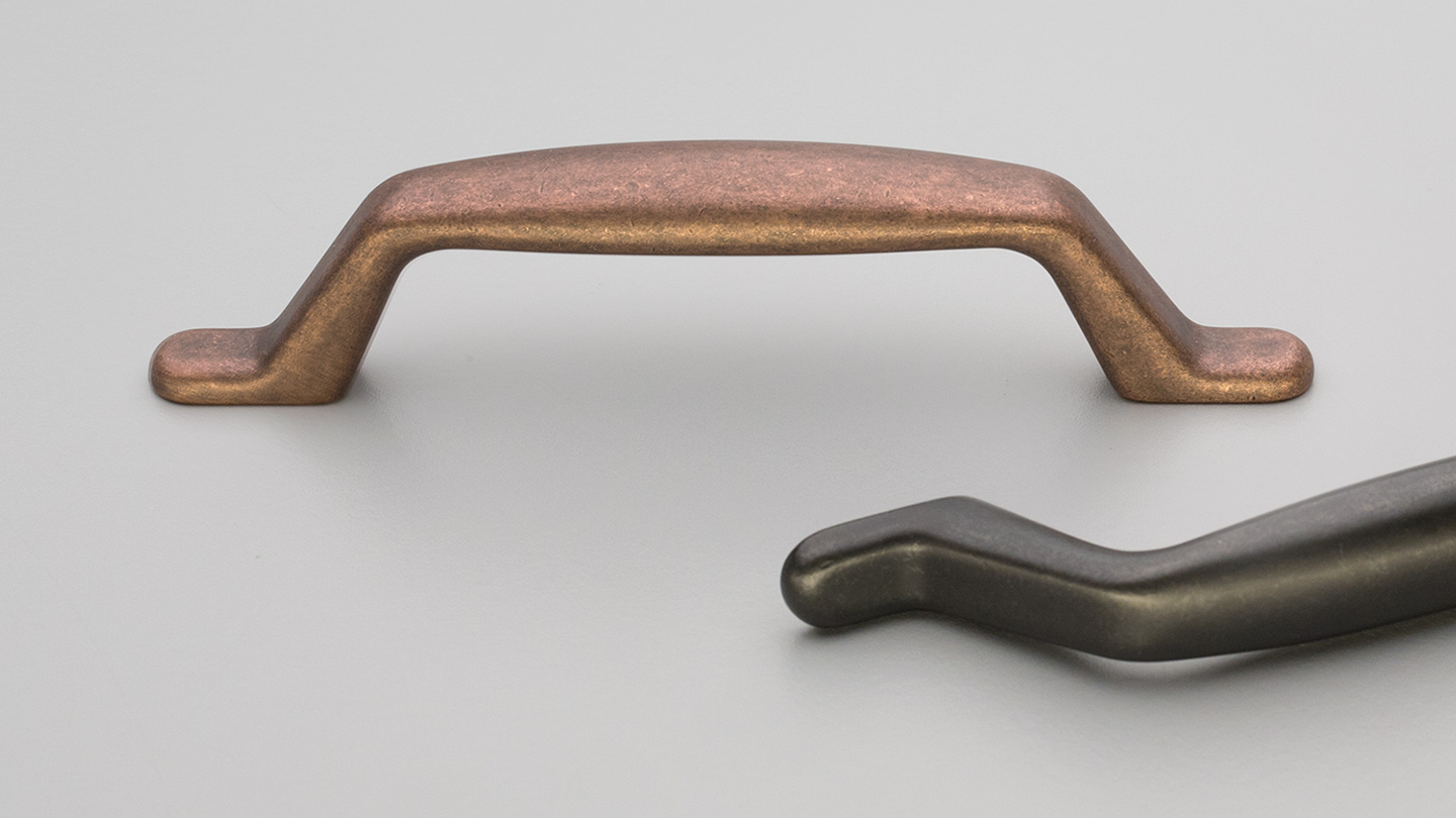 HT015 Hampton / Shaker angled D handle for kitchen,bathroom,bedroom,furniture colours Antique Brass Matt (ABM),Antique Copper Matt (ACM),Charcoal Matt (CHM),Oxidised Tin Matt (OTM) mm, size overall 134 mm hole centre distance 96 mm